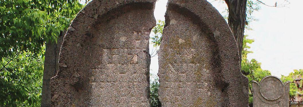 Abandoned Jewish Cemetery tour, Budapest